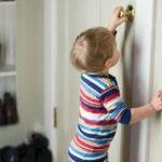 Спасатели помогли открыть дверь квартиры, где один остался 2-х летний малыш
