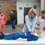 Шосткинська станція екстреної медичної допомоги отримала подарунок - манекен-тренажер.