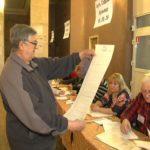 Останній виборець завітав на виборчу дільницю, яка розташована в Центрі культури та дозвілля за дві хвилини до її закриття (сюжет)