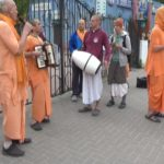 «Харе Крішна, Харе Рама» - вулицею Свободи в рамках «Харінамного туру» пройшлися крішнаїти (відео)