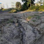Жители Локотского микрорайна жалуються, что лесовозы и фуры убивают их дорогу