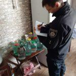 Жительку Шостки в сьомий раз притягли до відповідальності за самогоноваріння (фото)