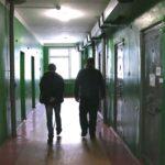 К 4 годам лишения свободы приговорен мужчина, который оградил за три часа двух человек