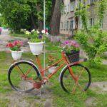Фотофакт: клумба из старого велосипеда появилась на улице Короленко