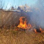 Одна з причин нестерпного смороду у Шостці – спалювання сухої трави (Сюжет)